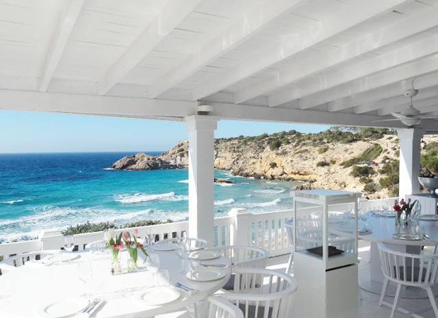 cotton-beach-club-strand-strandtent-beachclub-ibiza-wit-dinner-lunch-view-cala-tarida-platja-salads-design