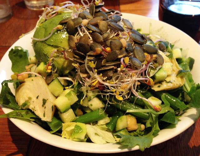 Een grote salade, natuurlijk met avocado, bij Sla in Amsterdam